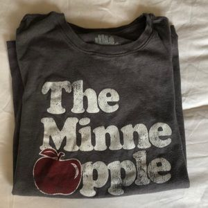 Tops - The Minne Apple 🍎 t-shirt. Size Small